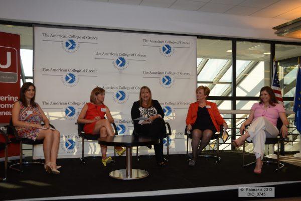 Η Έφη Καρακίτσου συντονίζει το πάνελ με τις κυρίες Αλεξία Κουτρουλιά, Μαρίνα Μπουτάρη, Αλεξάνδρα Πίττα-Χαζάπη και Δανάη Μπεζαντάκου που μιλούν για την οικογενειακή επιχείρηση